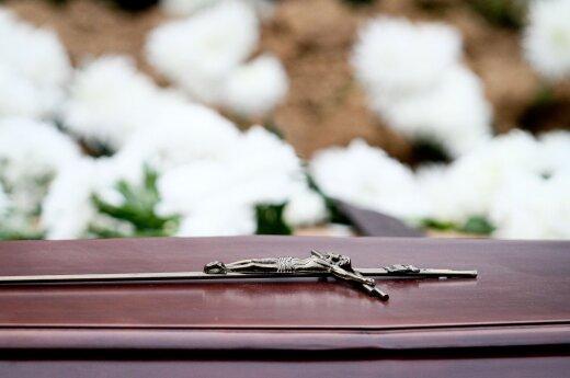 За поездку на похороны ученицы учителям угрожали выговорами