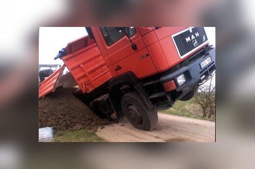 Машина провалилась в карстовую яму