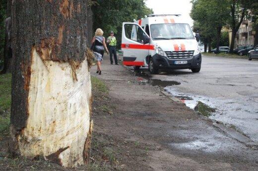 Kaune automobiliui įsirėžus į medį žuvo vairuotojas, keleivis - sunkiai sužeistas