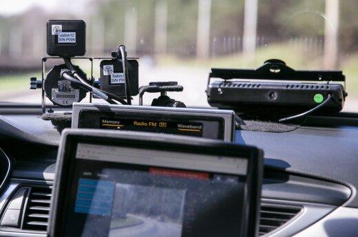 Stipriai greitį viršijęs vairuotojas teisinosi susiginčijęs su keleiviu