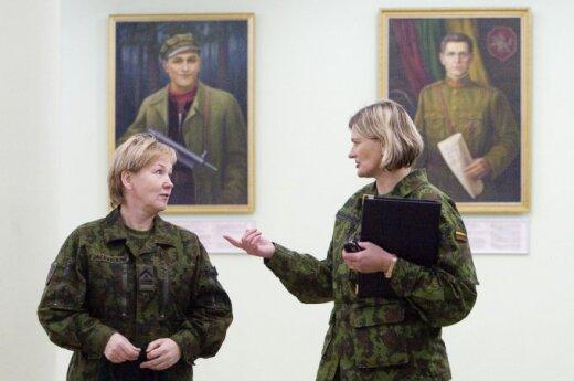 Karo akademijos dėstytojas: kariuomenei tinka vyriškos moterys