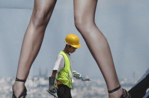 Рабочий и ноги фотомодели