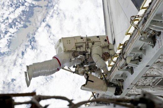 NASA astronautas Rickas Mastracchio vykdo misiją atvirame kosmose.