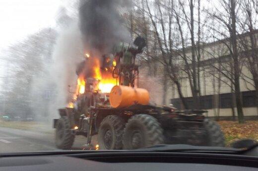 Trečiadienį ryte Kaune užsidegęs sunkvežimis sutrikdė eismą