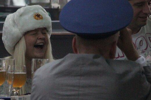 Užsieniečiai Vilniaus centre šventė užsimaukšlinę kepures su sovietine simbolika