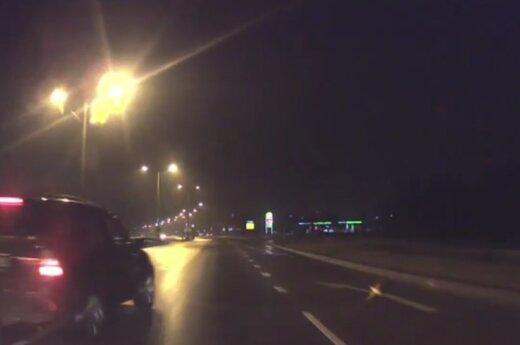"""Nufilmavo tamsų vakarą prieš nosį sustojusį BMW vairuotoją: svarsto, kad norėjo """"pamokyti"""""""