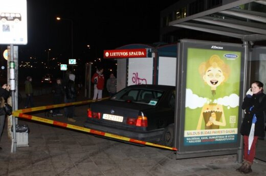 Vilniuje BMW įlėkė į viešojo transporto stotelę ir rėžėsi į kioską, sužaloti trys žmonės
