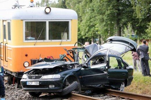 В Вильнюсе рельсовый автобус врезался в автомобиль, погибла девочка