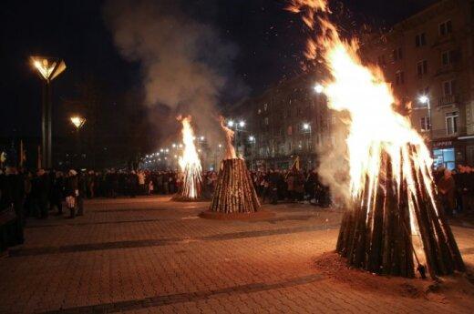 Костры солидарности с Украиной в Вильнюсе: у Сейма - сотни человек