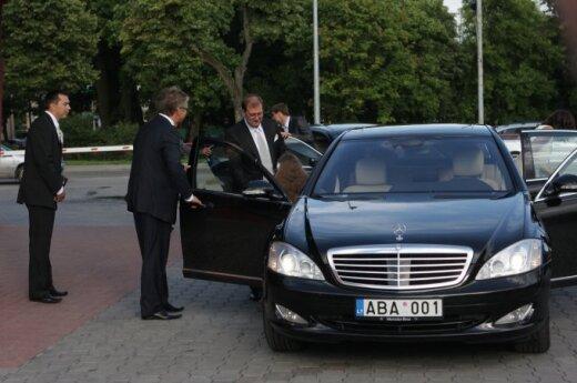 """Jubiliatas Viktoras Uspaskichas  atvyko su prabangiu """"Mercedes""""."""