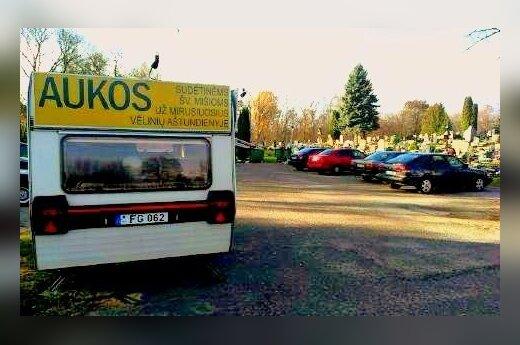 Iš tikinčiųjų per Vėlines aukas rinko autobusiuke prie kapinių
