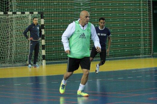 Lituânia pública lenda do futebol interno, treinador Cacau