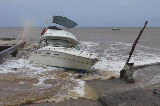 На Сахалин обрушились сразу ураган и наводнение
