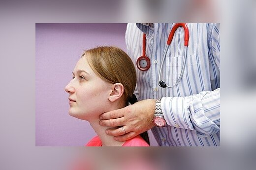 Gydytojas  čiuopia skydliaukę