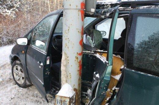 В столице в столб врезался VW Sharan, две женщины в больнице