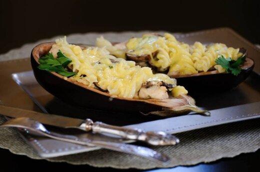 Idėja vakarienei – makaronais įdarytas baklažanas