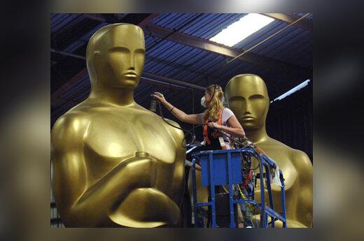 Darbuotoja ruošia Oskaro statulas kino apdovanojimams