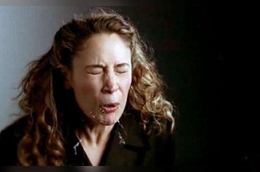 Moteris čiaudėja