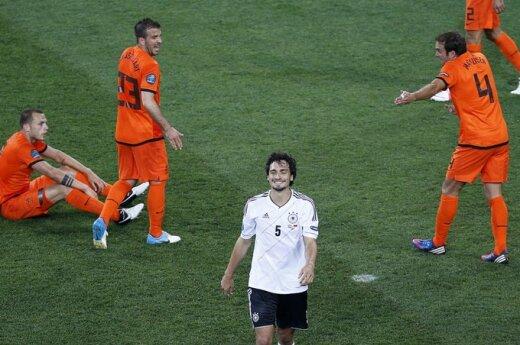 Mattsas Hummelsas tarp besiginčijančių Nyderlandų futbolininkų