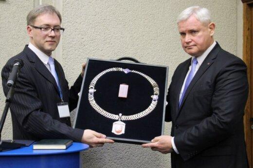Klaipėdos merui V. Grubliauskui įteiktos regalijos.
