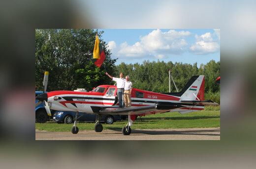 R.Paksas ir V.Makagonovas prie lėktuvo