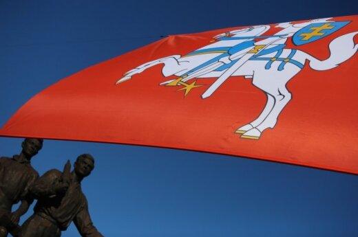Vyčio ir NATO vėliavos ant Žaliojo tilto