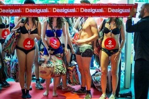 ФОТО: Полуголые клиенты штурмуют магазины одежды