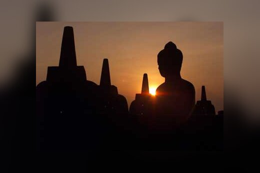 Didžiausia budistų šventykla, esanti Indonezijoje, nutvieksta tekančios saulės spindulių.