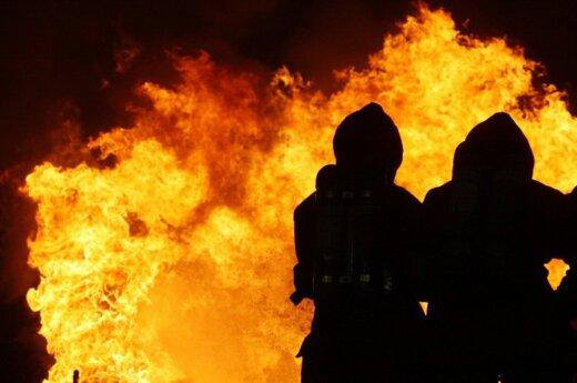 NATO pratybose Šiaurės Vokietijoje suomių kareiviai mokosi gesinti gaisrą