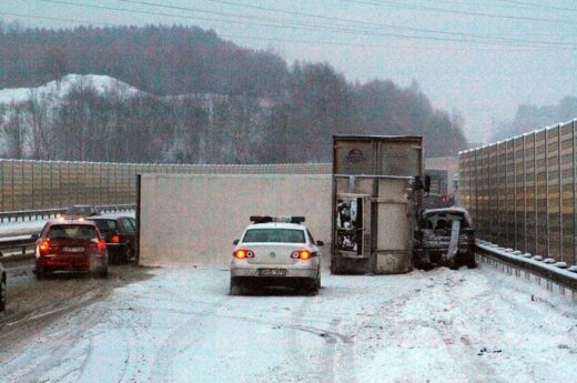 "Magistralėje ""Via Baltica"" sunkvežimis taranavo ""VW Sharan"""