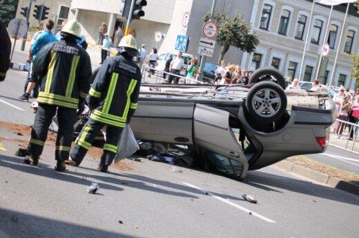 """""""Saab"""" nuvertė stulpą ir liko gulėti aukštyn ratais"""