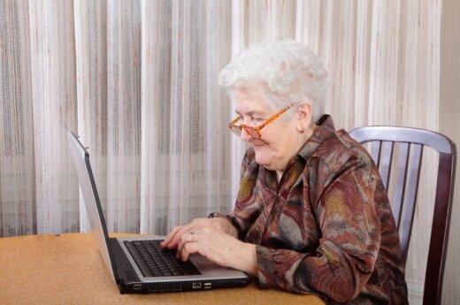 Senutė prie kompiuterio