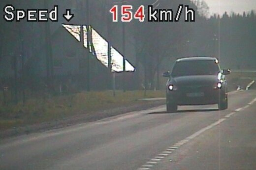 Pradedantieji vairuotojai, viršydami leistiną greitį, rizikuoja vasarą praleisti be automobilių
