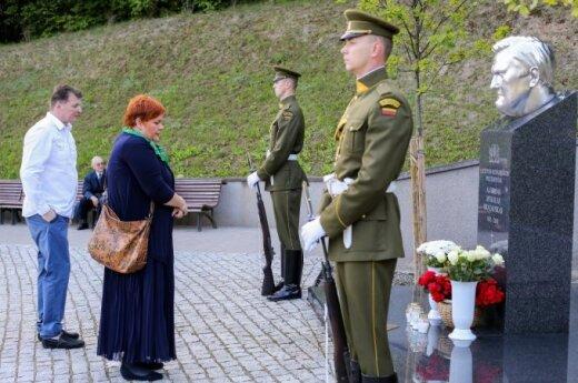На Антакальнисском кладбище почтили память Бразаускаса