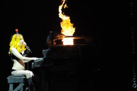 """Lady Gaga """"подожгла"""" рояль"""