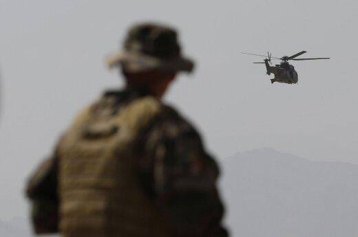 Vietname dingo kariuomenės sraigtasparnis su trimis įgulos nariais
