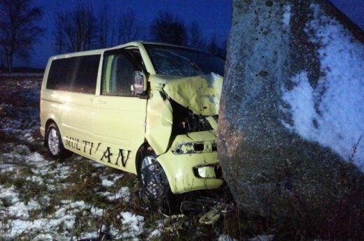 Водитель прозевал поворот и врезался в камень