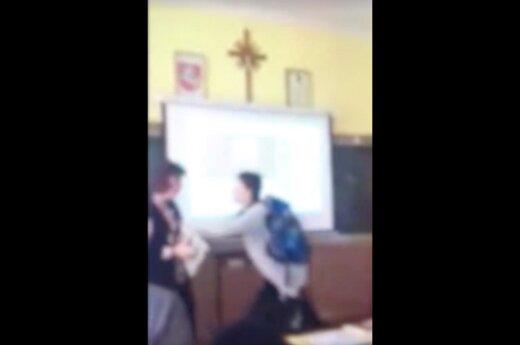 Skandalingos muzikos pamokos liudininkė atkreipė dėmesį į mokytojos elgesį