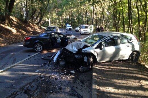 В Каунасе столкнулись три автомобиля, пострадала беременная женщина