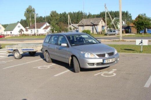 Automobilis užėmė 3 parkavimo vietas neįgaliesiems
