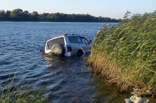 Į upę įvažiavęs girtas vairuotojas šlitinėjo vandenyje