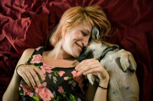 Moteris su šuneliu