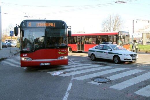 В Каунасе автобус на пешеходном переходе сбил пожилую женщину