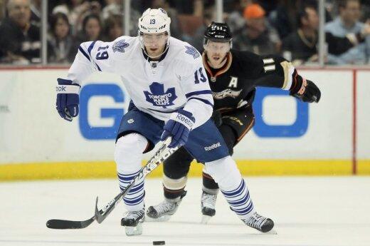 """Joffrey Lupulas (""""Maple Leafs"""")  pabėgo nuo Saku Koivu (""""Ducks"""")"""