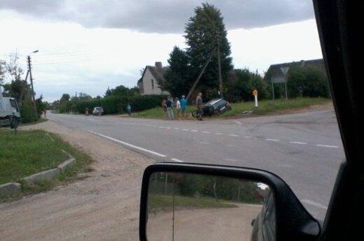 """Popietė Kudirkos Naumiestyje: traktoriaus priekaba atsitrenkė į """"VW Golf"""", """"BMW"""" nučiuožė į griovį"""