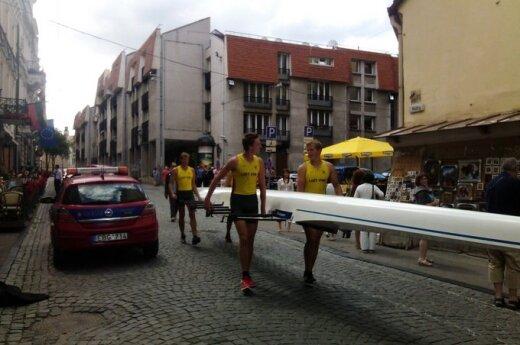 Vilniaus gatvėse - 13 metrų ilgo valties klajonės