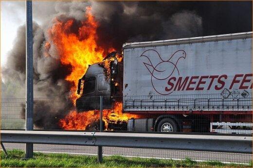 Keliu Vilnius-Kaunas važiavęs sunkvežimis paskendo liepsnose