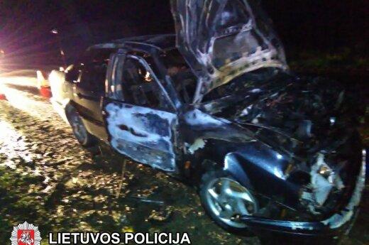 В Вильнюсском районе в результате ДТП загорелся автомобиль
