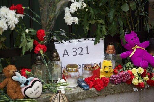 У посольства России в Вильнюсе — цветы в память о погибших в катастрофе