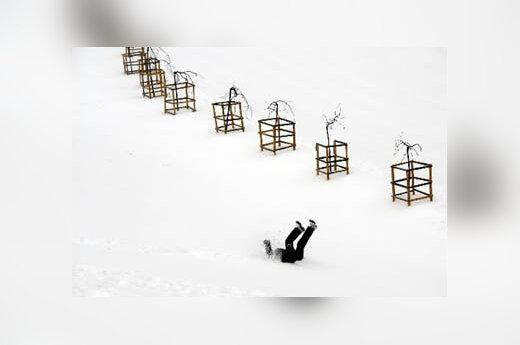 Pėstysis paslydo Kijevo mieste. Ukrainoje - tikra žiema. Neseniai čia praūžė daug sniego atnešusios pūgos.